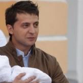 Владимир Зеленский впервые держит на руках дочь